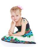Rêver la petite fille dans un bain de soleil d'été Images libres de droits