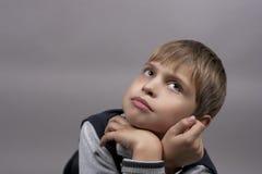 Rêver le jeune garçon photo libre de droits