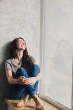 Rêver par la fenêtre Photographie stock libre de droits