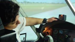 Rêver pilote épuisé des vacances, ayant un petit somme dans l'habitacle, fonctionnant des heures supplémentaires banque de vidéos