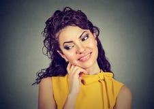 Rêverie de sourire de femme heureuse réfléchie Image stock
