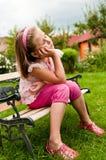 Rêverie - enfant dans le jardin Photos stock
