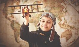 Rêves d'adolescent de garçon d'enfant de traveli devenant de pilote et d'aviateur Image stock
