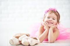 Rêves de fille de petit enfant de ballerine devenante avec la chaussure de ballet Images stock
