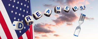 Rêveurs dans des lettres d'orthographe contre le ciel de coucher du soleil et le drapeau et le sablier photos libres de droits
