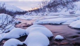 Río ártico con nieve y luz diurna especial Foto de archivo
