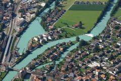 Río Aare y casas en Interlaken Fotos de archivo