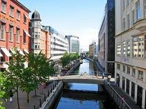 Río Aarhus A con la 'promenade' en la ciudad de Aarhus en Dinamarca Foto de archivo libre de regalías