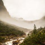 Río abajo de la montaña Imágenes de archivo libres de regalías