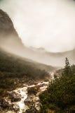 Río abajo de la montaña Fotos de archivo libres de regalías