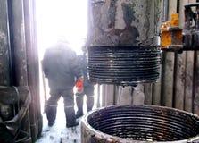 Río abajo desde un tubo para la producción petrolífera Fotos de archivo libres de regalías