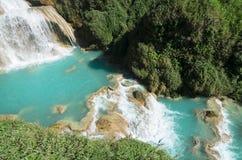 Río abajo desde una cascada con las piscinas de la turquesa y el arco iris débil imagen de archivo libre de regalías