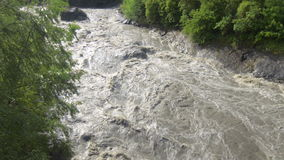 Río abajo hinchado fluído de la montaña del agua de inundación en Georgia metrajes