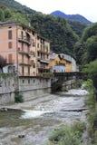 Río Adda con Morbegno, Morbend en la provincia de Sondrio en Italia Fotos de archivo