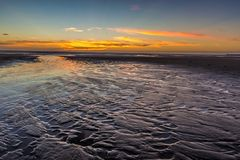 Río al mar durante horas de la puesta del sol Fotos de archivo