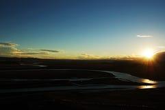 Río amarillo en los prados cuando puesta del sol Foto de archivo libre de regalías