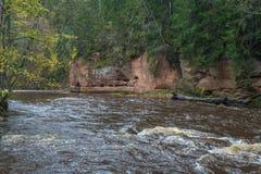 Río Amata en el otoño, árboles amarillos, visión desde la alta colina 2017 Imagenes de archivo