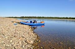 Río amplio y el barco Fotos de archivo libres de regalías