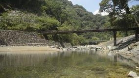 Río apacible debajo del puente almacen de video