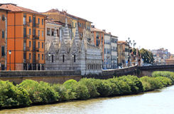 Río Arno e iglesia gótica en Pisa, Italia Fotos de archivo