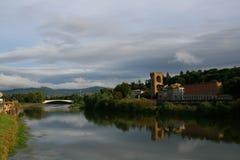 Río Arno en Florencia, Italia Fotos de archivo