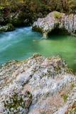 Río asombroso en las montañas, Mostnica Korita, montañas de Julia (EL Imagenes de archivo