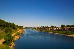 Río azul cerca del campo Fotos de archivo