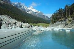 Río azul de la montaña Fotos de archivo libres de regalías