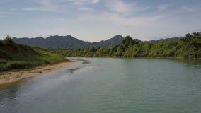 Río azul de la visión aérea con agua de ondulación y los bancos verdes almacen de video