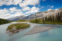 Río azul en canadiense Rockie del parque nacional de Banff Imágenes de archivo libres de regalías