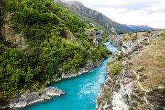Río azul en Nueva Zelanda Foto de archivo libre de regalías