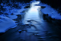 Río azul helado en la tarde fría del invierno Foto de archivo
