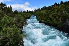 Río azul hermoso de Taupo, isla del norte de Nueva Zelanda fotos de archivo