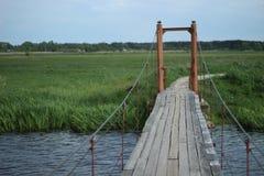 Río azul que fluye Ucrania del puente fotos de archivo libres de regalías