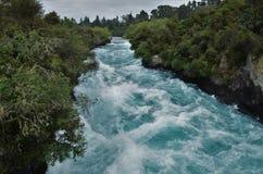 Río azul rápido cerca de las caídas de Huka fotografía de archivo