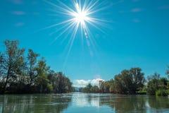 Río bañado por la luz del sol Imagen de archivo libre de regalías