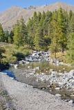 Río bajo la montaña Fotografía de archivo