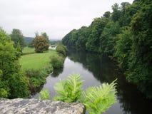 Río bajo un castillo Imagenes de archivo