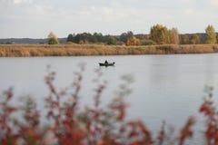 Río, barco, pesca, otoño Foto de archivo libre de regalías