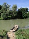 Río, barco y día asoleado Imagen de archivo libre de regalías