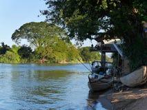 río, barco y plataforma hermosos Fotos de archivo libres de regalías