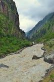 Río Bhagirathi entre las montañas Himalayan, Uttarakhand, la India Imagenes de archivo