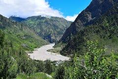 Río Bhagirathi y x28; Ganga& x29; en la carretera de Uttarkashi-Gangotri, Uttarkashi, la India Imagen de archivo libre de regalías