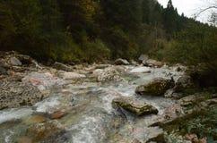 Río bonito con las rocas grandes en sus bancos en Italia Foto de archivo
