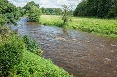 Río Calder en Lancashire, Inglaterra Foto de archivo