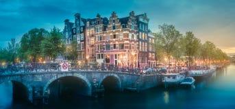 Río, casas viejas tradicionales y barcos, Amsterdam Imágenes de archivo libres de regalías