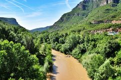 Río cerca de las montañas Montserrat Foto de archivo libre de regalías