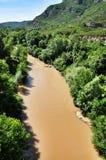 Río cerca de las montañas Montserrat Imagen de archivo libre de regalías