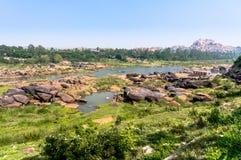Río cerca de las ruinas antiguas de Hampi, Hampi, Karnataka, la India de Tungabhadra Foto de archivo
