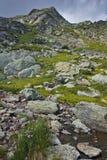 Río cerca de los siete lagos Rila, montaña de la montaña de Rila Fotografía de archivo